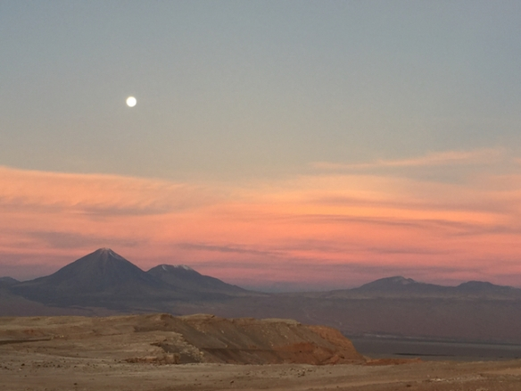 Volcán Licancabur und Láscar with full moon from Valle de la Luna