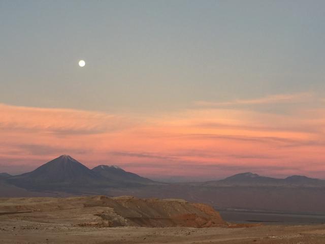 Volcán Licancabur und Láscar with full moon from Valle de la Luna