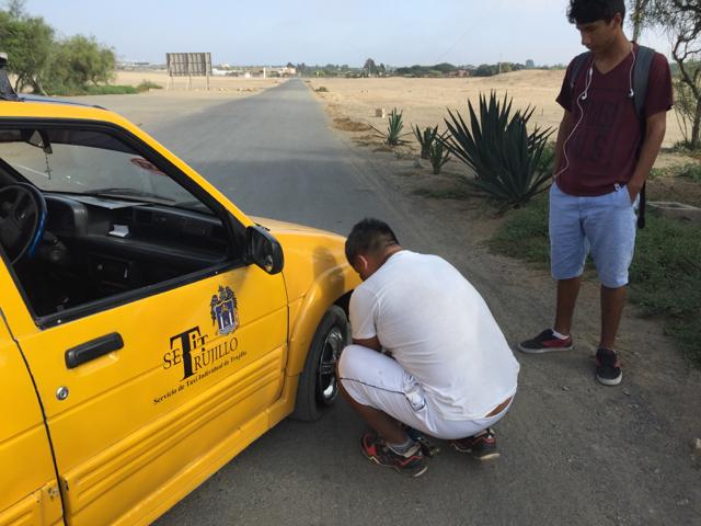taxi flat tyre Huaca de la luna